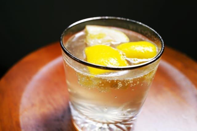 レモンを浮かべたウイスキー