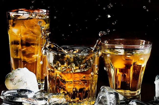 ウイスキーが入った三つのグラス